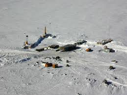 Aujourd'hui, le lac Vostok, c'est ça : une base scientifique perdu au milieu d'un désert à - 53 °C en moyenne...
