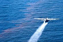 """Épandage du dispersant chimique """"Corexit"""" (Wikipédia)"""